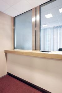 Glazen toonbank met intercom en houten tablet
